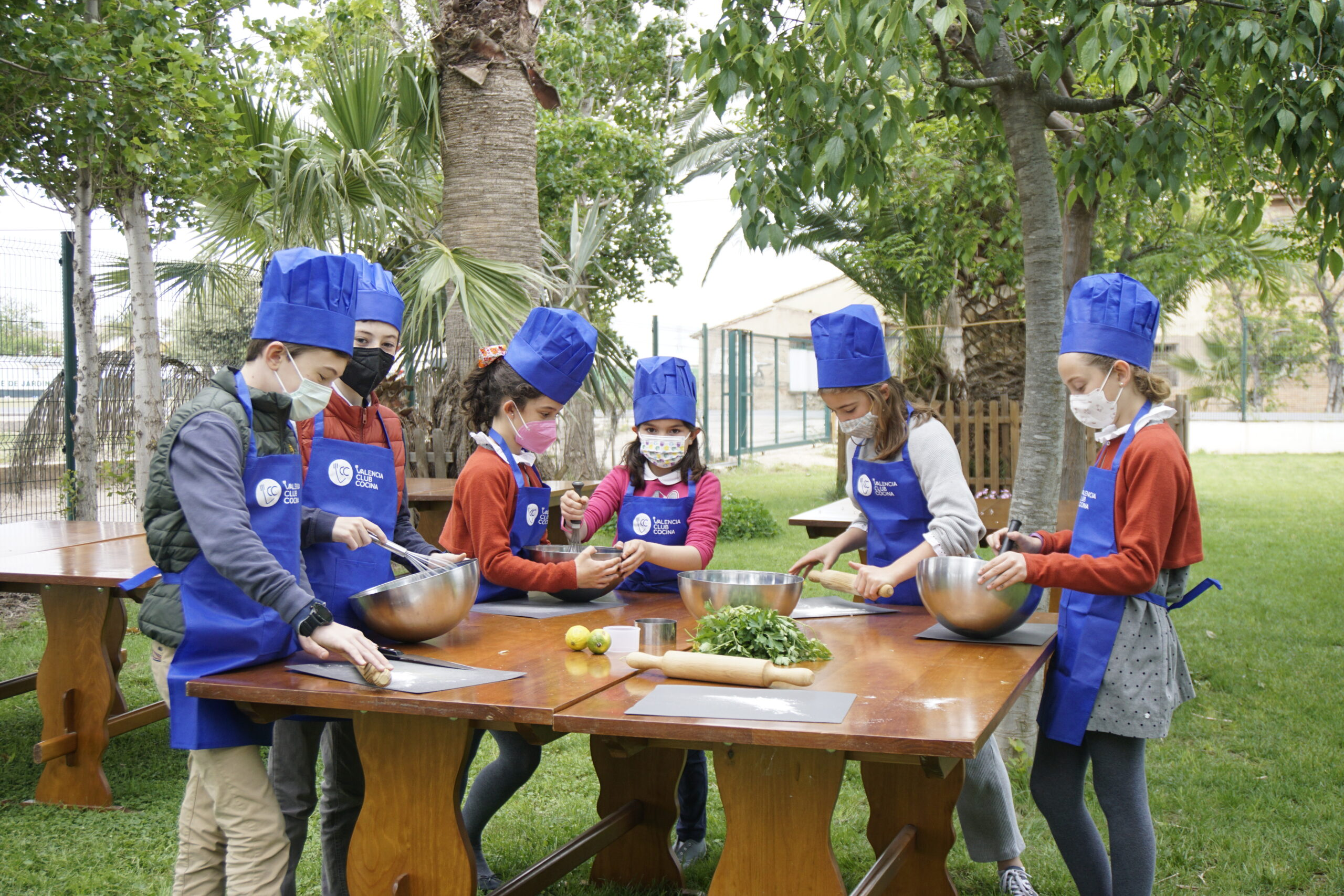 Niños haciendo comida